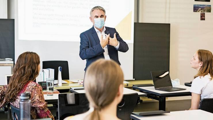 Der Bildungsdirektor zu Beginn des Schuljahrs bei einer Mittelschulklasse in Zofingen. Er will mit dem neuen Lohnsystem die Schule stärken.
