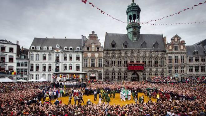 Seit 500 Jahren dasselbe Spektakel: die Aufbahrung der heiligen Waudru auf der Grande Place von Mons. Foto: Keystone
