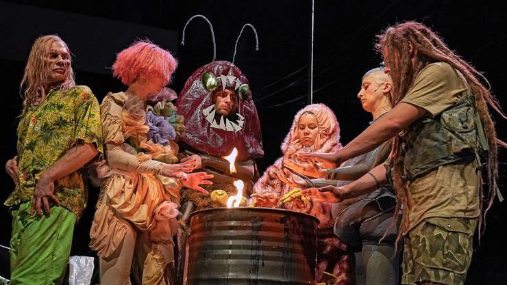 Die Hauptcharaktere des Stücks: ein Zombie, ein Pilz, eine Kakerlake, ein Bärtierchen, ein Androide und der letzte Mensch.