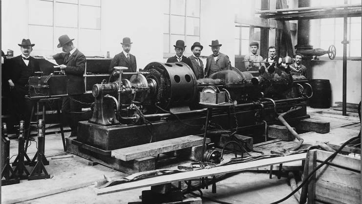 1901 läuft die erste Dampfturbine auf dem Prüfstand. Die gesamte Firmenleitung ist anwesend. Von links: Eric, Charles und Sidney Brown, Walter Boveri, Konstrukteur Albert Aichele, Finanzchef Fritz Funk sowie drei Monteure.