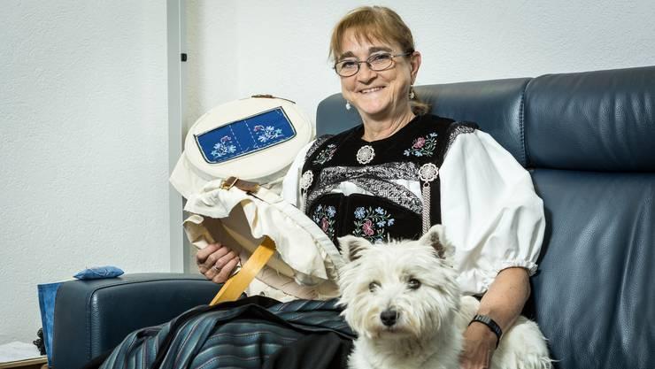 Hund Celina ist gerne dabei, wenn Frauchen Sylvia Neuhaus der Handarbeit nachgeht.