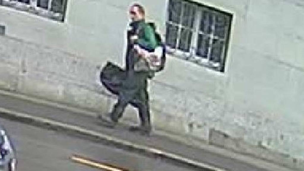 Der Täter von Schaffhausen, kurz bevor der die Büros der CSS stürmte. Dieses Bild veröffentlichte die Kantonspolizei Schaffhausen am Montagabend.