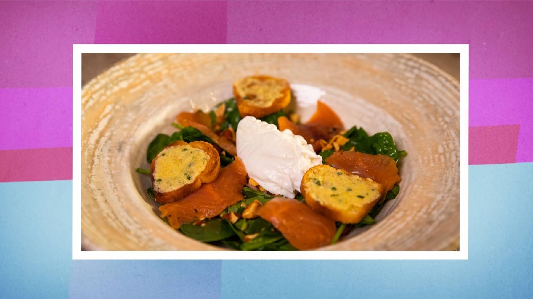 Vorspeise: Spinatsalat an Orangen-Mandel-Dressing mit Onsen Ei und Streifen von hausmariniertem Schweizer Saibling