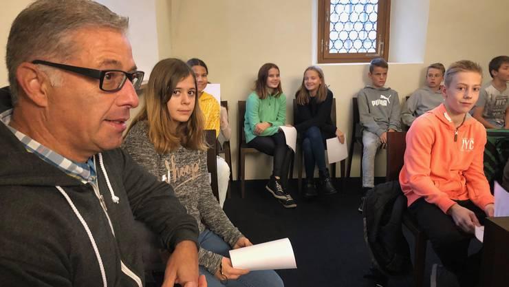 Mit dabei ist heute eine Solothurner Talentförderklasse mit 21 Schülerinnen und Schülern von Klassenlehrer Hanspeter Ackermann. Er ist der Bruder von Parlamentspräsident Urs Ackermann. Sie besuchen die Sitzung im Rahmen des Staatskundeunterrichts.