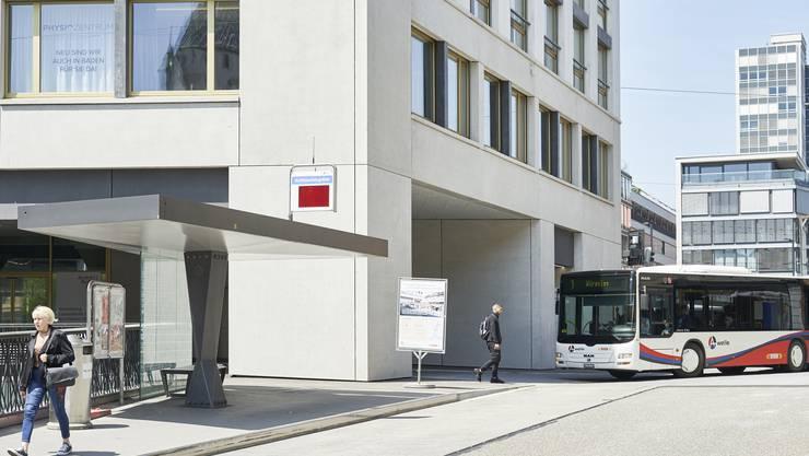 Mit der Einweihung der Bushaltestelle im neuen Haus Schlossberg ist der Umbau des Badener Schulhausplatzes definitiv abgeschlossen. Die alte Haltestelle (im Bild vorne) hat bald ausgedient.