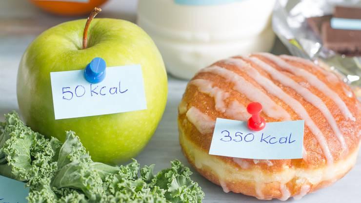 Kalorien addieren macht uns nicht schlanker. Den Apfel sollte man trotzdem bevorzugen.