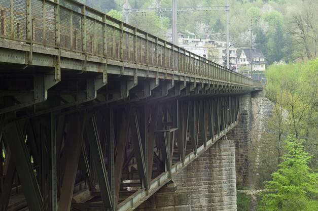 Die mächtige Stahlkonstruktion der Eisenbahnbrücke blick in Richtung Baden