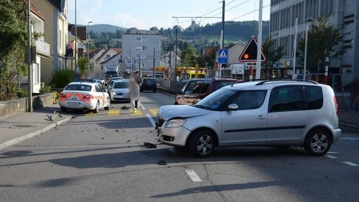Zur Kollision zwischen dem PW und dem Patrouillenfahrzeug kam es, als der PW in die Hauptstrasse einbog.