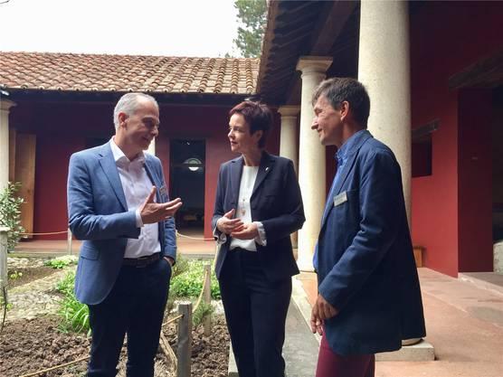Antikenmuseum-Direktor Andrea Bignasca, Bildungsdirektorin Monica Gschwind und Römerstadt-Leiter Dani Suter (von links) an der Präsentation im Römermuseum.