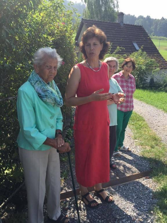 Anni Thoma (links) und Charlene Lanter-Dornbierer bei der Einweihung der neuen Sitzgelegenheiten. (© FM1Today/Lilian Wehrle)