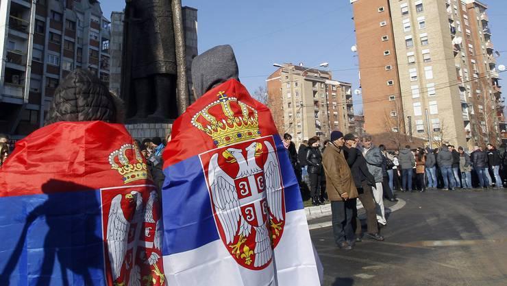 Ethnische Serben demonstrieren in Mitrovica (Kosovo) dagegen, dass er serbische Zug an der Grenze aufgehalten wurde.