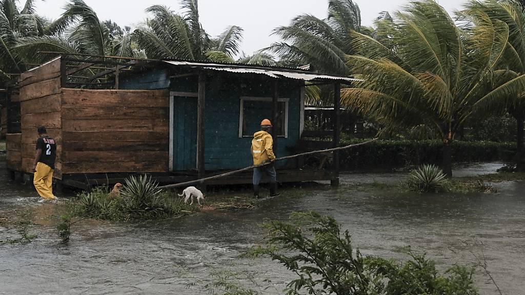 Mit großer Wucht ist Hurrikan «Eta» auf die Ostküste von Nicaragua getroffen. Der Wirbelsturm entwurzelte Bäume, deckte Dächer ab und ließ Flüsse über die Ufer treten. Foto: Carlos Herrera/AP/dpa