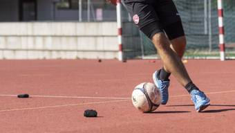 Einzeltrainings - wie hier Gregory Greg Karlen vom FC Thun - gehören auch bei den Fussballern bald der Geschichte an. (Archivbild)
