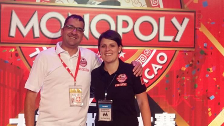 Stephanie Kneubühler, vom Spielwarenhersteller Hasbro (Schweiz) AG, und Beat Jost an den Monopoly Weltmeisterschaften in Macau.