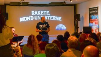 Museumsleiter Daniel Kaysel begrüsst die Besucher zur galaktischen Sonderausstellung.
