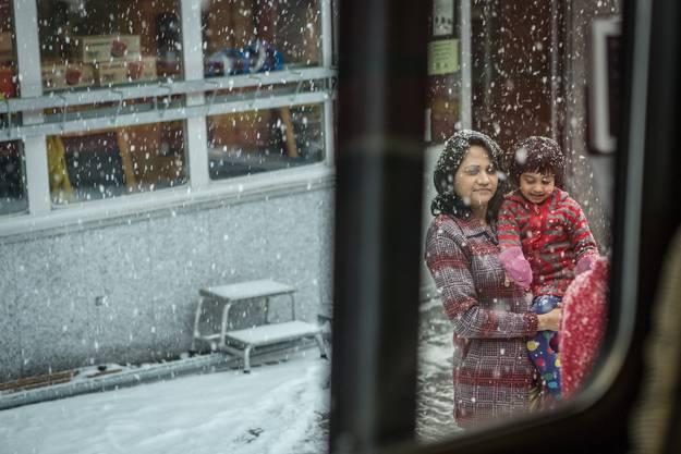 Touristen sehen bei der Station Eigergletscher auf 2300 Metern über Meer zum ersten Mal Schnee.