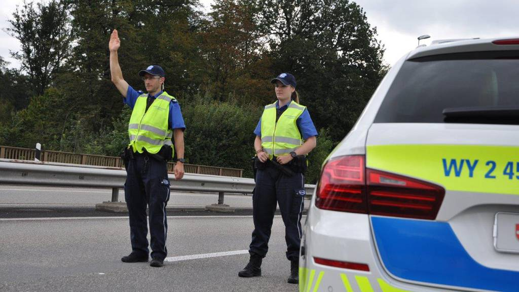 Kantonspolizei Aargau, Patrouille, Fahrzeugkontrolle (Symbolbild)