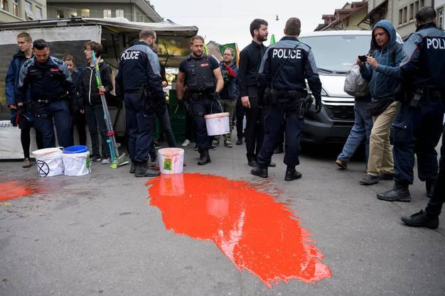 Polizisten verhaften in Bern Demonstranten der Bewegung «Extinction Rebellion», die in einer Aktion zivilen Ungehorsams Kunstblut auf den Boden leerte.