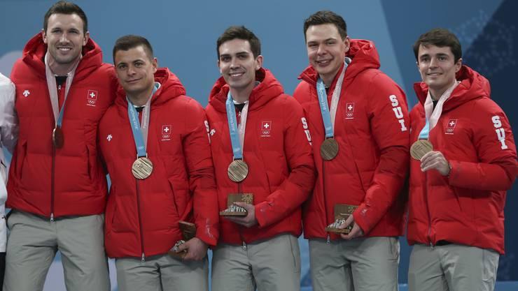 Die glücklichen Bronze-Gewinner: Dominik Märki, Valentin Tanner, Peter de Cruz, Claudio Pätz und Benoît Schwarz (von links).