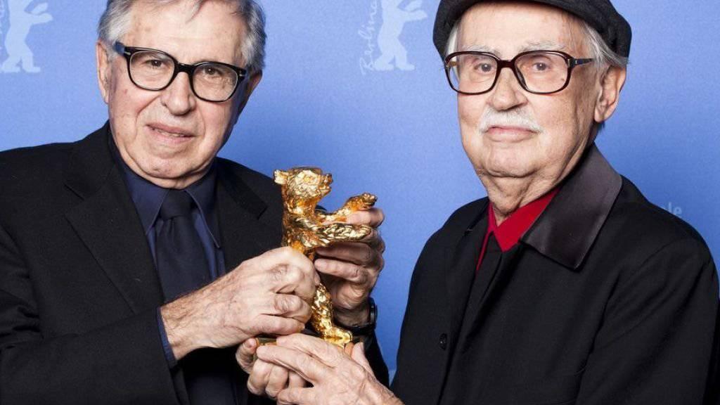 Paolo (r) und  Vittorio (l) Taviani 2012 mit ihrem Goldenen Bären. Die Auszeichnung für ihr Lebenswerk, die ihnen das Filmfestival Locarno im August verleiht, wird Paolo alleine entgegennehmen müssen: Vittorio ist im April gestorben. (Archivbild)