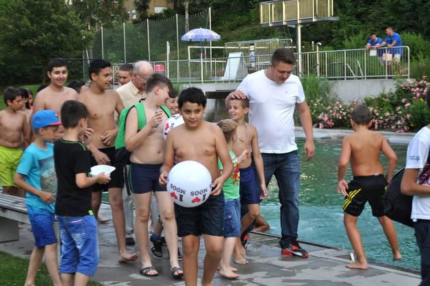 2_ An der Pool-Party, den die Stadt organisierte war Bendrit stets  umringt von Fans