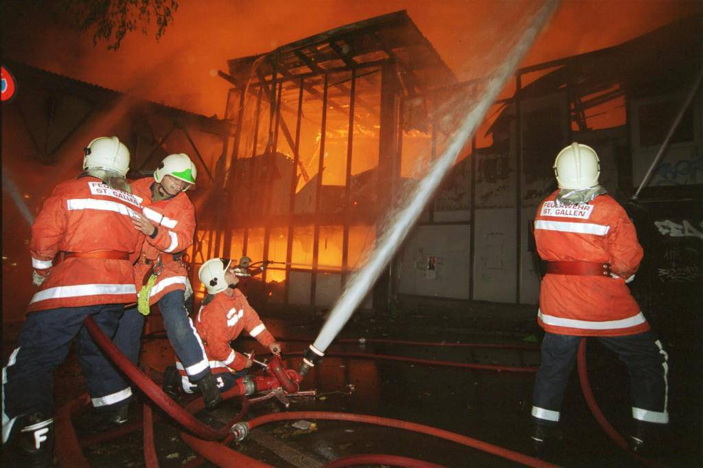 250 Feuerwehrleute aus Stadt und Region bekämpfen das Flammeninferno, das einmal die Olma-Halle 7 war. (© Tagblatt)