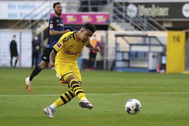Jadon Sancho schiesst im Spiel gegen Paderborn.