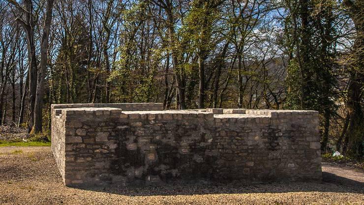 Kaiser Valentinian (364–375 n. Chr.) liess rund 50 Wachtürme und andere militärische Anlagen zwischen Basel und Bodensee errichten. Zu diesen zählt auch der noch heute erhaltene «Kleiner Laufen».