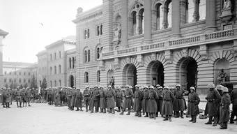 Präsenz markieren: Ordnungstruppen überwachen das Bundeshaus. Insgesamt waren 95 000 Soldaten im Einsatz.