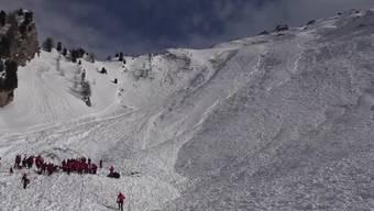 Augenzeugen am Jochgrubenkopf äussern Bedenken zu den Schneeverhältnissen, doch ein lokaler Bergretter verteidigt den Bündner Bergführer der Skitourengruppe. (16.3.2017)