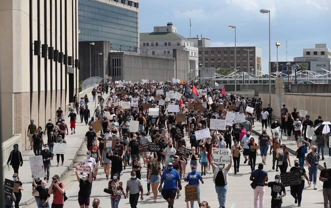 Demonstranten gehen in Atlanta friedlich auf die Strasse.