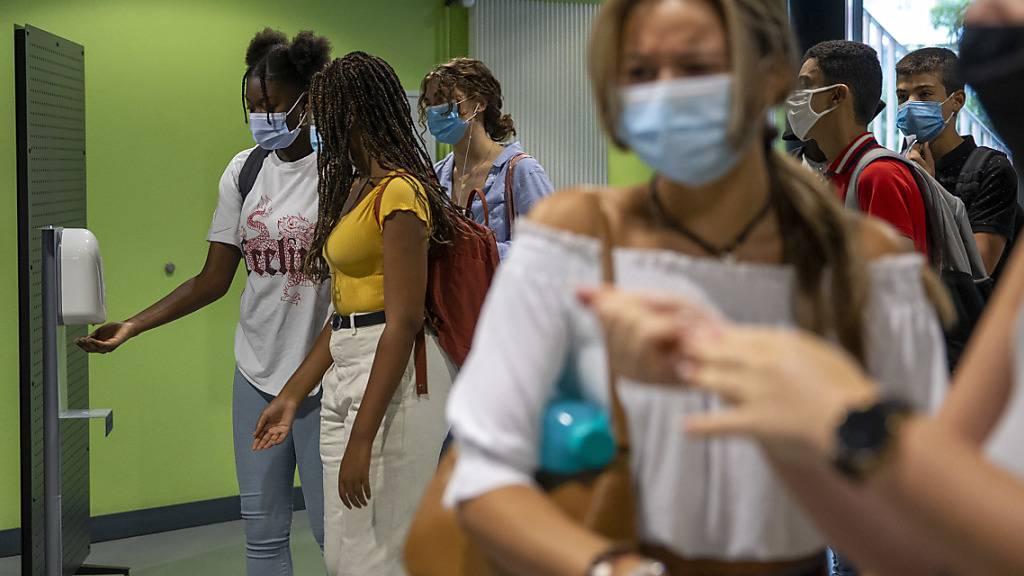 Die St. Galler Regierung empfiehlt den Mittelschulen und Berufsschulen, eine begrenze Maskenpflicht einzuführen, die etwa für Korridore, Toiletten und Mensen gilt, nicht aber in den Schulzimmern (Archivbild).