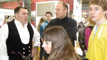 Thomas Szabo in Zunftkleidung erklärt den Beruf des Zimmermanns.