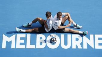 Krönung des persönlichen Karriere-Grand-Slams: Die Franzosen Pierre-Hugues Herbert (li.) und Nicolas Mahut gewannen erstmals das Australian Open im Doppel