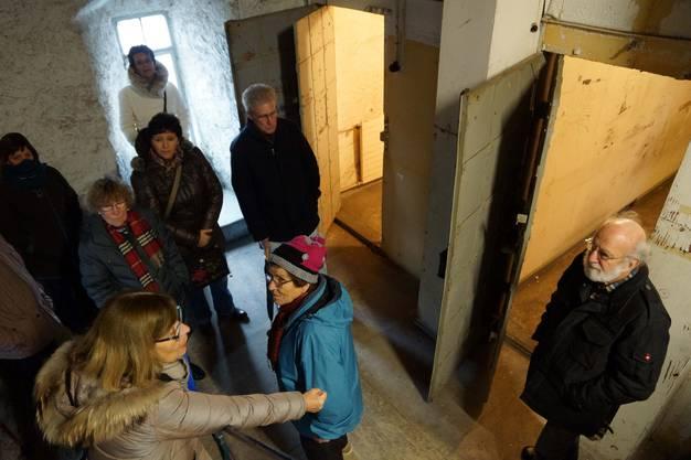 Neugierig werden die ehemaligen Gefängniszellen begutachtet