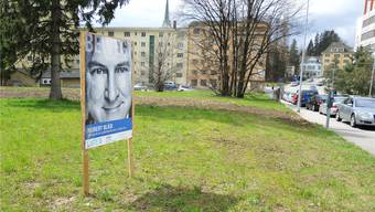 Auf der Wiese gegenüber der ETA stehen wieder drei Plakate, so auch jenes von Hubert Bläsi.