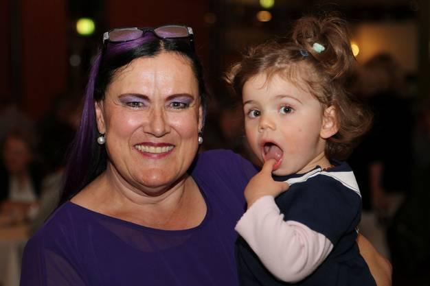 Marianne Burger mit ihrer Enkelin