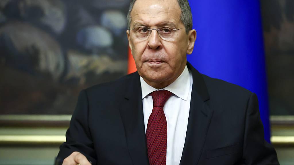 HANDOUT - Der russische Außenminister Sergej Lawrow nimmt an einer Unterzeichnungszeremonie teil. Foto: -/Russian Foreign Ministry Press Service/AP/dpa