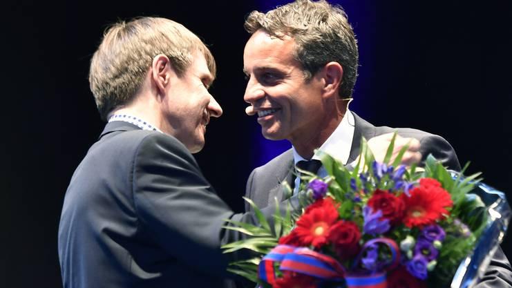 Bernhard Heusler (rechts) gratuliert seinem Nachfolger Bernhard Burgener.