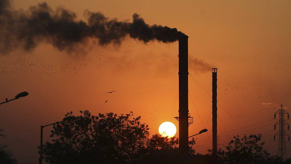 Fabrik im indischen Ahmadabad: Indien strebt eine Verringerung des Treibhausgasaustosses bis 2030 um bis zu 35 Prozent an. (Symbolbild)
