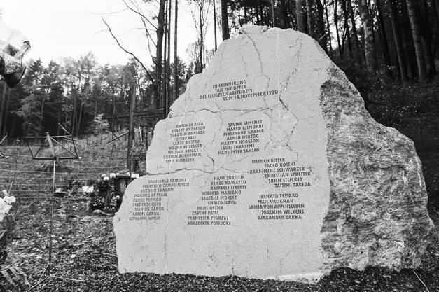 Der Gedenksteine an der Absturzstelle mit den Namen der Opfer.