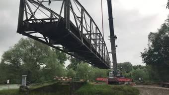 Vorsichtig wurde die mehrere Tonnen schwere Brücke auf einen Lastwagen gelegt und für den Transport bereitgemacht.