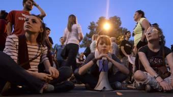 Protestierende am Freitag vor dem Parlament in Skopje