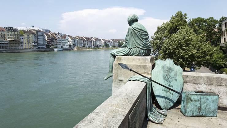 Seit 1980 sitzt die «Helvetia» auf der Mauer beim Kleinbasler Brückenkopf der Mittleren Brücke.
