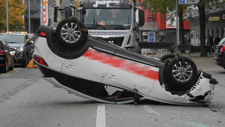 Das Auto bleibt nach dem Unfall im Stadtzentrum von Grenchen auf dem Dach liegen.