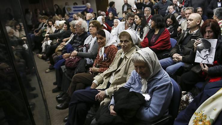 Opferangehörige verfolgen die Urteilsverkündung gegen ehemalige argentinische Militärs, die wegen der koordinierten Verschleppung und Ermordung von Oppositionellen verurteilt wurden.