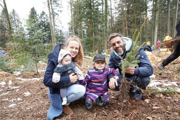Kaia (3 1/2 Jahre) hat zusammen mit ihren Eltern Andrea Linder und Dani Hächler für den kleinen Bruder Matti (5 Monate) ein Wäldchen gepflanzt.