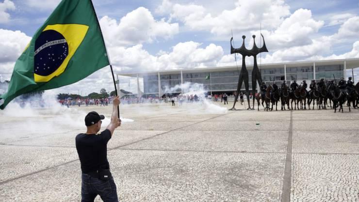 Demonstranten und Polizei stehen sich in der Hauptstadt Brasilia gegenüber. Die Polizei setzte Tränengas ein, um die Demonstration aufzulösen.
