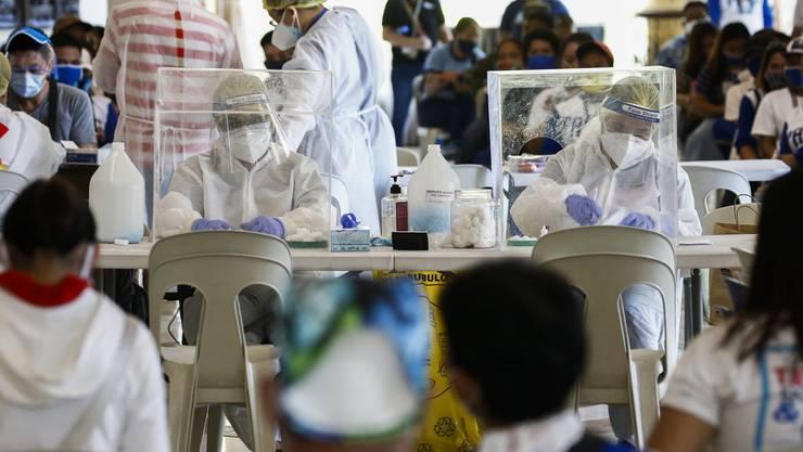 Auch wenn weiterhin fleissig getestet wird: Die Coronavirus-Infektionen in der Schweiz gehen stetig zurück.