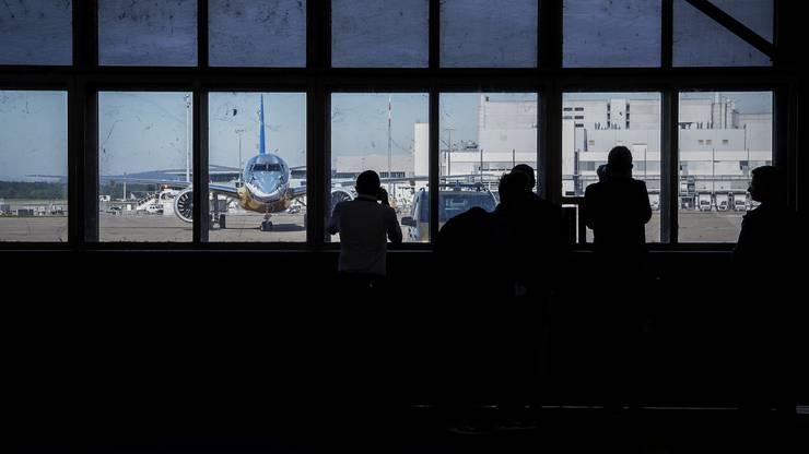 Die Journalisten warten auf die Ankunft der neuen Embraer-Maschine.